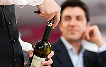 Das Dekantieren in Weinkaraffen ist nur für junge Rotweine sinnvoll