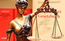 Wer als Arbeitnehmer keinen Rechtsschutz abgeschlossen hat, kann bei Rechtsstreitigkeiten auf den Kosten sitzen bleiben!